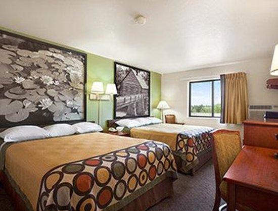 Super 8 Macon : Two Queen Bed Guest Room