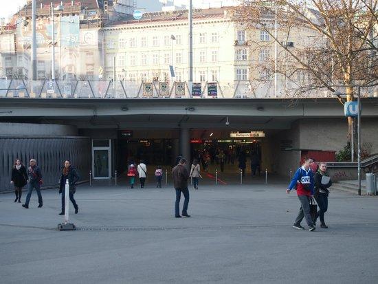 Karlsplatz: Acceso desde la plaza a estación del Metro