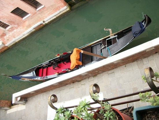 Albergo Doni: Gondola parked outside of the hotel