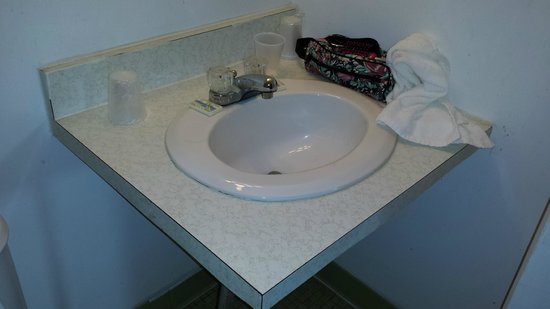 Seabreeze Motel : tiny outdated bathroom