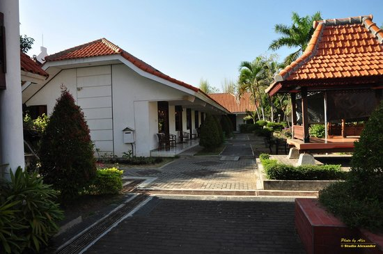 Rosali Hotel: behind the reception/restaurant building you find the rooms