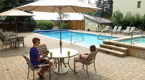 Vail International Condominiums : Outdoor pool in summer