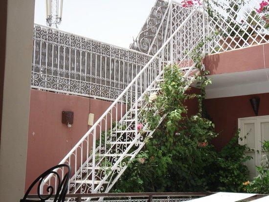 Marhbabikoum: Escalier pour comptempler le ciel de jour