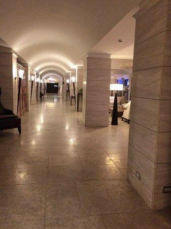 Terme di Saturnia Spa & Golf Resort: Hotel lobby and hallways