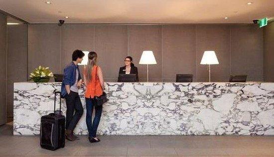 Rydges Melbourne Hotel: Reception