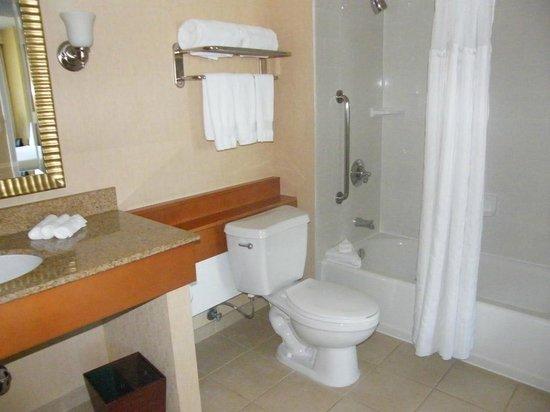 DoubleTree Suites by Hilton Santa Monica : bathroom...
