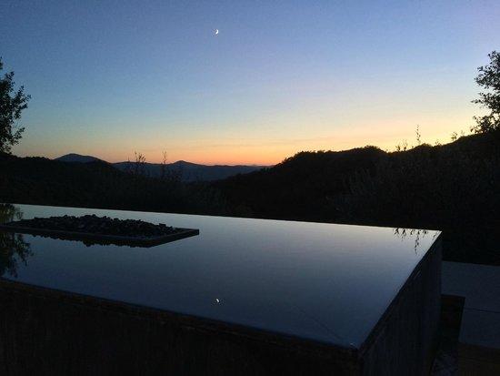 Torre di Moravola: Soleil couchant et lune se reflétant dans le bassin