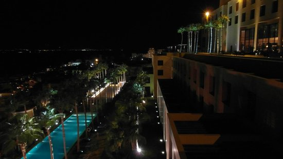 Kempinski Hotel Ishtar Dead Sea: Night view from lobby