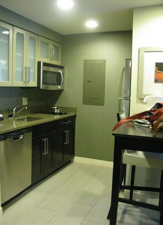 Homewood Suites Nashville Vanderbilt: kitchen in the suite. all very well equipped.
