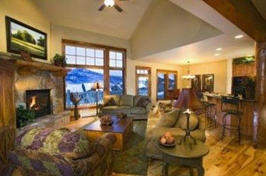 EagleRidge Townhomes: Lobby view