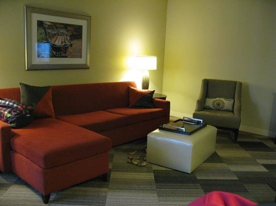 Homewood Suites Nashville Vanderbilt: loads of space in the lounge area of the suite. very comfortable