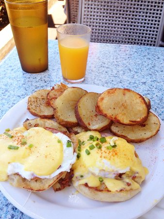 Kihei Caffe: Eggs Benedict w/ Fresh Squeezed Orange Juice.  Excellent!!