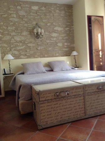 Le Mas Des Carassins Hotel: Lovely room