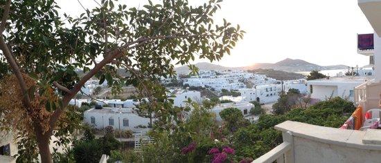 Young Inn Paros: Vista dal terrazzino