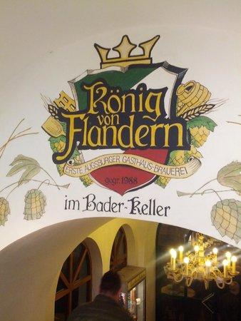 König von Flandern: Над входом