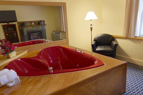 Honeymoon suite picture of best western plus brunswick for Honeymoon suites in ohio