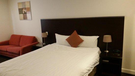 Atlantis Hotel: Basic but good Bed