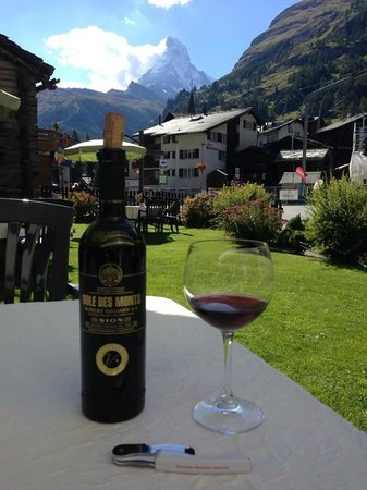 Hotel Parnass: Relaxing on the hotel grounds with a nice bottle of local wine - and a view of the Matterhorn