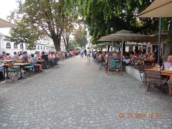 Bed and Breakfast Petra Varl: sidewalk cafes nearby