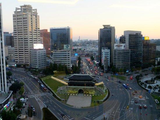 Fraser Place Namdaemun Seoul: Namdaemun Gate from the 16th floor Panorama Bar