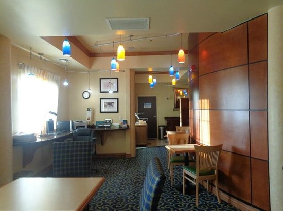 SpringHill Suites Victorville Hesperia: lobby with colored lights
