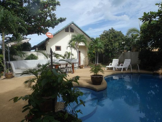 Tongson Villas: pool and grounds