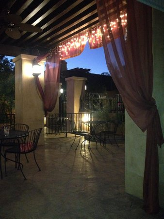 Meze House Mediterranean Grill: Outdoor seating