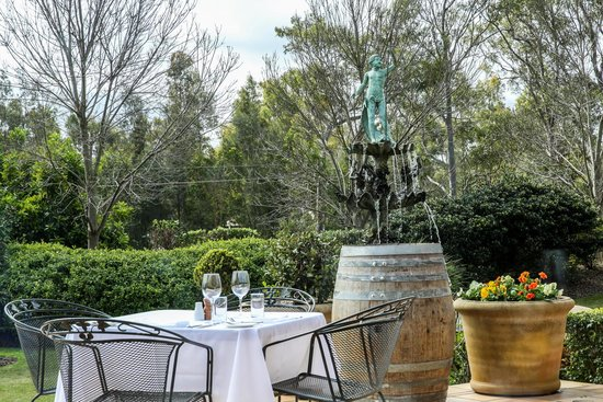 Mercure Resort Hunter Valley Gardens: Dine alfresco at elements bar & dining