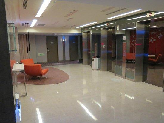 Hotel Novotel Taipei Taoyuan International Airport: Waiting for the lift