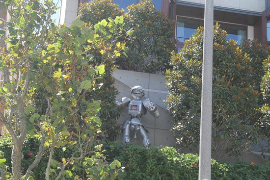 Pacific Heights : One of the mansions with its own robot out the front