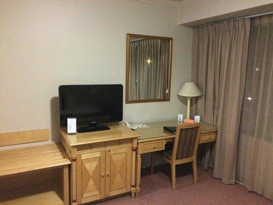 Pagoda Resort & Spa: desk/TV