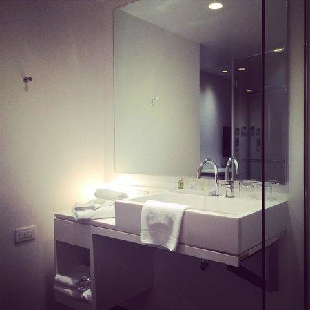 B-aparthotels Regent: Big bathroom, cold room.