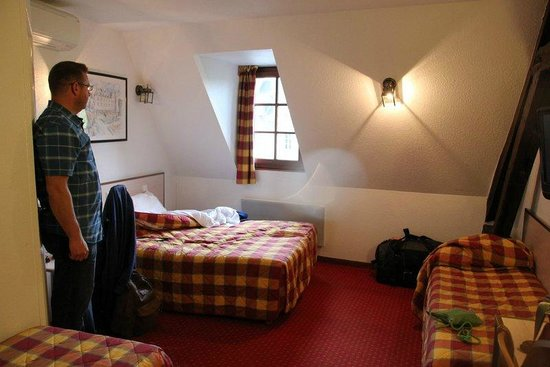 Hotel Le Blason: Bed arrangement - 1 double, 2 singles