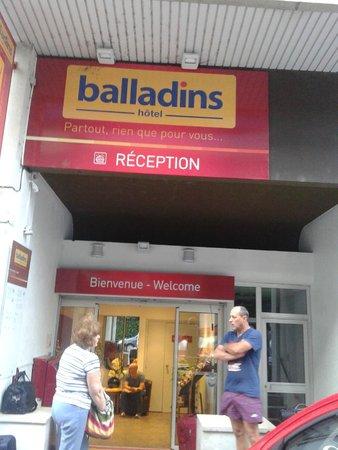 Hôtel balladins Cannes / Le Cannet: Вход в отель.