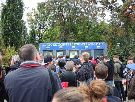 Olympiastadion: チケット引換所です.アルファベット順に並びます.予約書の印刷(iPadなどの画面でもOK)の他に身分証明書(パスポート)が必要です.
