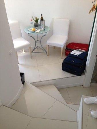Chromata Hotel: quarto com escadas
