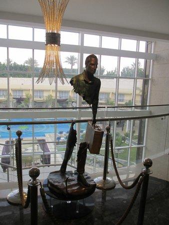 Renaissance Cairo Mirage City Hotel: 'The Traveller' bronze sculpture in the reception foyer