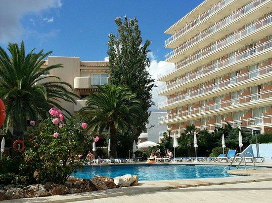 Aparthotel THB Sa Coma Platja : Pool side. THB Sa Coma Platja.