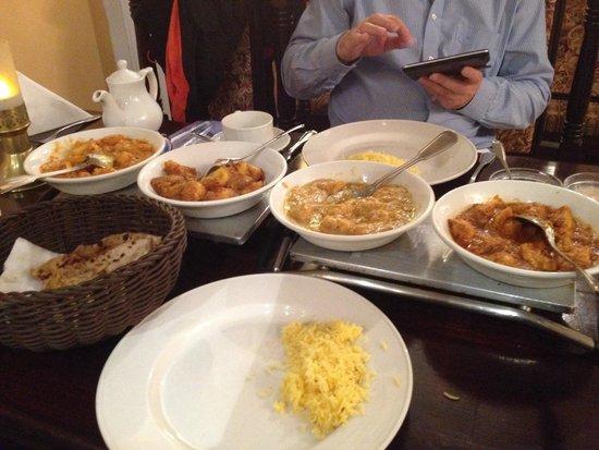 Jaipur: vlnr: ghobi aloo, bombay potatoes, chicken vindaloo, chicken bhuna, plus aloo paratha im korb
