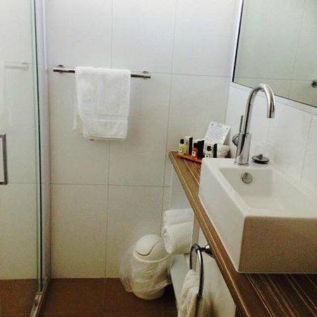 Motel 98: Bathroom