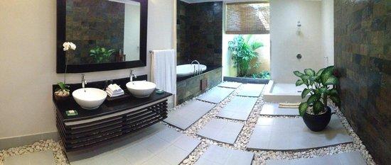 The Kunja Villas & Spa: The biggest bathroom