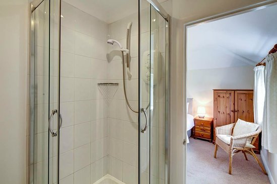 Cringleford Guest House: Room 1 Shower room aspect to bedroom