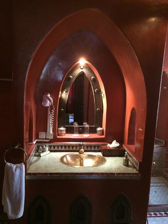 Riad Shama: bathroom sink area