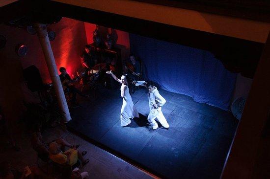 Un de las escenas de la Cia.MulaPamero en el Palacio de los Olvidados
