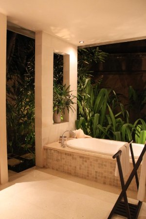 Ahimsa Beach Resort: Bath tub