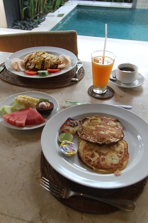 Ahimsa Beach Resort: Breakfast cooked by butler in our villa
