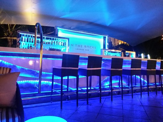Le Suffren Hotel & Marina: on the rocks outdoor lounge bar
