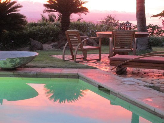 Ho'oilo House: Pool at sunset