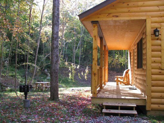 Sterling Ridge Resort: Covered porch - cabin 21