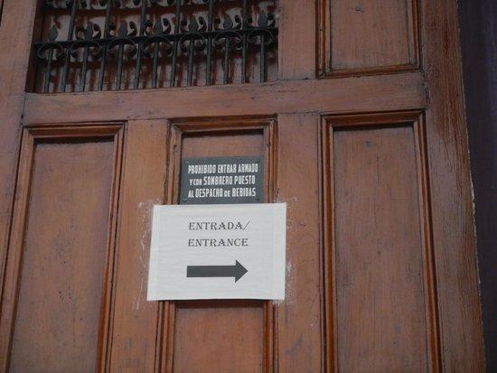 Hotel El Club: Aviso en la puerta del hotel